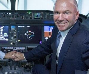 Calin Rovinesco, président et chef de la direction d'Air Canada, et Alain Bellemare, président et chef de la direction de Bombardier, ont pris la pose dans un cockpit d'un appareil de la CSeries lors du point de presse conjoint de Bombardier Avions commerciaux et d'Air Canada hier.