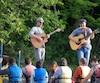 L'auteur-compositeur-interprète Sylvain Lamy interprète les chansons de son dernier album au grand plaisir des pagayeurs en rabaska sur la rivière des Mille-Îles.