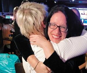 Sonia Lebel enlace sa belle-mère Céline Thibodeau peu de temps avant la confirmation de sa victoire.