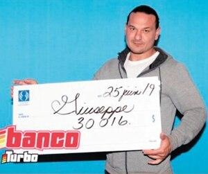 Loto Québec a publié une photo de Giuseppe Focarazzo avec son chèque.
