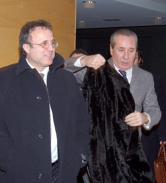 En 2003, on voit Loris Cavaliere souriant après avoir fait acquitter le parrain Vito Rizzuto d'une accusation de conduite en état d'ébriété.