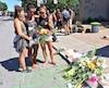 Stéphanie L'Italien, Florence Melagne et Camille Béland ont déposé des fleurs pour rendre hommage à leur amie Justine Charland St-Amour, happée mortellement lundi par un camion à l'angle du boulevard Rosemont et de la rue D'Iberville.