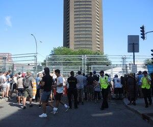 Une cinquantaine de personnes ont assisté gratuitement au départ de la finale de la Formule E dimanche, sur la rue Panet où les grillages n'étaient pas obstrués par des panneaux bleus.