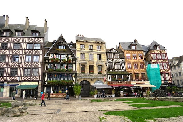 De belles maisons anciennes face à la place du Marché