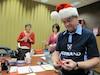 Il y a beaucoup d'action dans l'atelier de lutins de Postes Canada, ou plusieurs lutins bénévoles s'activent pour répondre aux lettres des jeunes adressées au père Noël avant la grande distribution des cadeaux.