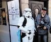 Le réalisateur Marc Joly-Corcoran et deux stormtroopers lors du tournage de Que le fan soit avec toi.