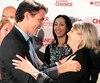 Justin Trudeau, qui allait devenir premier ministre en 2015, donne l'accolade à Karine Desjardins, sa candidate dans la circonscription de Belœil-Chambly.