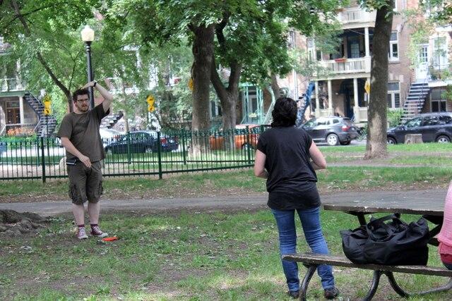 Le réalisateur Podz donne des indications à Claudine Sauvé.