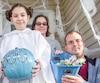 Alycia Ruel, déguisée en princesse Leia, tient la citrouille turquoise en guise de solidarité avec les enfants aux prises avec des allergies alimentaires. Sa sœur, Amily (déguisée en Chewbacca), sa mère, Cindy Fields, et son père, Philippe Ruel, l'accompagnent.