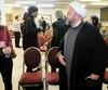 La députée de Québec Solidaire Ruba Ghazal en conversation avec l'imam Ali Sobeity juste avant qu'on réunisse le panel.
