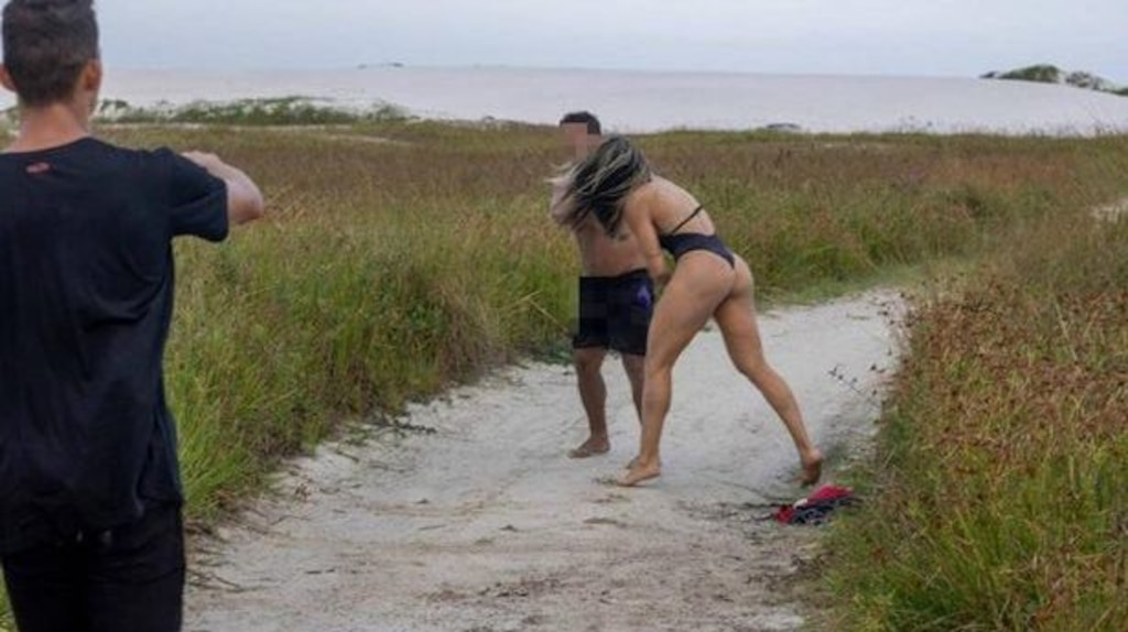 Une combattante MMA en bikini tabasse un homme qui se masturbait en la regardant