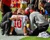Jimmy Garoppolo reçoit les premiers soins après avoir subi ce qui pourrait être une grave blessure au genou.