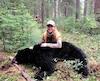 La chasseuse Stéphanie Vadnais avec son premier ours, chassé lors de la fin de semaine de la fête nationale l'été dernier, dans la réserve faunique Ashuapmushuan, au Saguenay–Lac-Saint-Jean. Elle affirme que la viande est délicieuse.