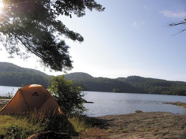 Camping dans parc régional du Poisson Blanc, à Notre-Dame-du-Laus, dans les Hautes-Laurentides.