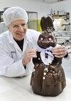 Jocelyn Bédard avec une alléchante maman lapin en chocolat.