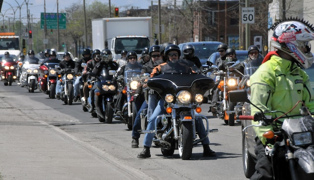 Près de 2000 motocyclistes ont quitté Mont-Saint-Hilaire en Montérégie pour se rendre au bureau du premier ministre du Québec au centre-ville de Montréal pour manifester contre certaines politiques de la Société de l'assurance automobile du Québec (SAAQ). dimanche 18 mai 2014.