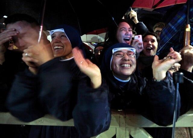 Élans de joie lorsque de la fumée blanche est sortie de la cheminée de la chapelle Sixtine indiquant qu'un nouveau pape était élu.