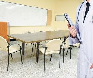 Seuls les médecins qui participent aux réunions touchent une prime, et ce, depuis 2014. Tous les autres professionnels de la santé assis autour de la table se contentent de leur salaire horaire.