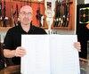 Yves Charron, le copropriétaire du Club de tir de l'Outaouais, montre le registre de ventes qu'il tient déjà. Il croit que les mesures annoncées par le gouvernement sont un fardeau inutile qui ne fera qu'embêter les détenteurs d'armes légales.