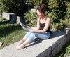 Plusieurs personnes profitaient déjà du beau temps vendredi, dont Karine Léveillé-Giguère, qui prenait sa pause de travail assise au soleil.