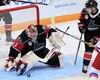 Le gardien de l'équipe canadienne, Alexis Gravel, bloque un tir russe sur cette séquence.