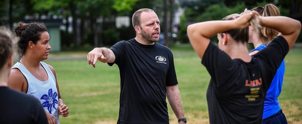 Il coach plus de 150 athlètes par année