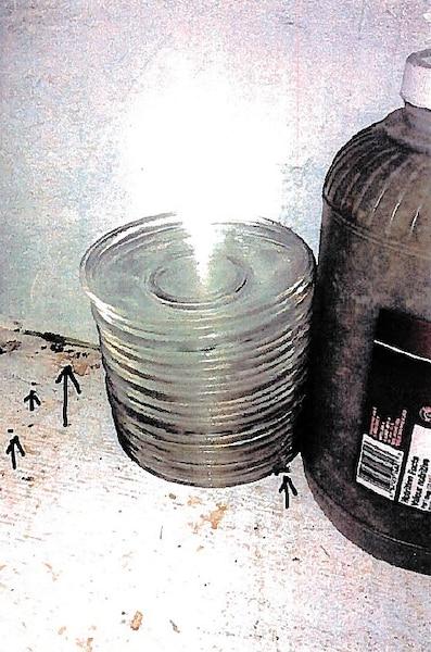 Sur les tablettes près d'assiettes et d'un pot de relish, les inspectrices ont noté la présence d'un cadavre de blatte, d'excréments de souris noirs et luisants et de cernes jaunâtres qui ressemblaient à de l'urine.