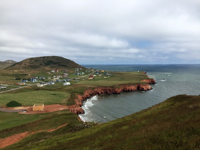 Les maisons typiques et les falaises  s'observent du haut des buttes.