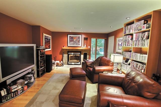 Chaque pièce de la maison a une vocation bien précise reliée aux passions du proprio. Au rez-de-jardin, un autre salon consacré au cinéma et au visionnement de téléséries en préparation.