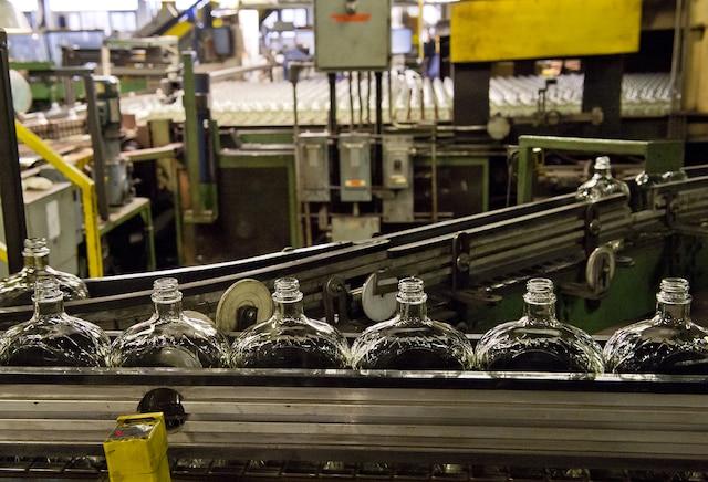 L'usine Owens-Illinois située à Pointe-Saint-Charles est la seule à produire du verre au Québec et ne comprend pas pourquoi la SAQ s'oppose à la consignation des bouteilles de vins et autres spiritueux. L'adoption de la consigne pourrait garantir l'avenir des 400 travailleurs de l'usine.