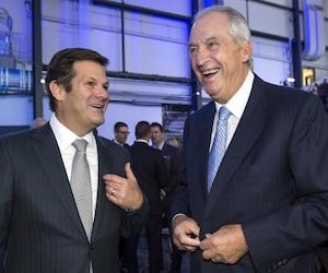 Pierre Beaudoin (à gauche), président du conseil d'administration de Bombardier, a vu ses revenus grimper de 5 millions $ en 2015 à 7 millions $ en 2016. Une hausse de 36,5 %. Sur la photo, on voit Pierre Beaudoin et Laurent Beaudoin (président émérite du conseil) lors de l'assemblée annuelle, le 29 avril 2016.