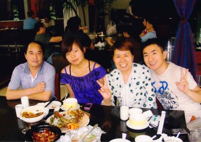 Jun Lin que l'on aperçoit à la droite de la photo en présence des membres de sa famille. Il s'agissait de l'une des dernières photos où Jun Lin posait en présence de ses proches.
