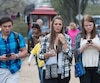 À la ville d'Honolulu dans l'État américain d'Hawaï, une nouvelle loi stipule qu'aucun piéton n'a le droit de traverser une rue ou une voie rapide en regardant un appareil électronique.