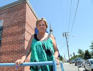 Rita Mercier, l'ancienne mairesse de Lowell, ne parle qu'anglais, mais se souvient des expressions québécoises de son enfance comme «ôte-toi d'la rue» ou «quelle heure qu'y est?» et quelques chansons à boire qu'elle entonne comme d'autres récitent une prière: «Marie Chamberland voulez-vous danser? Non, non, non j'ai des crevasses aux pieds».