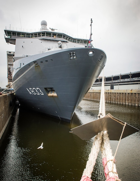 Le HNLMS Karel Doorman de la Royal Netherlands Navy a pu être observé au Port de Montréal mercredi et jeudi.
