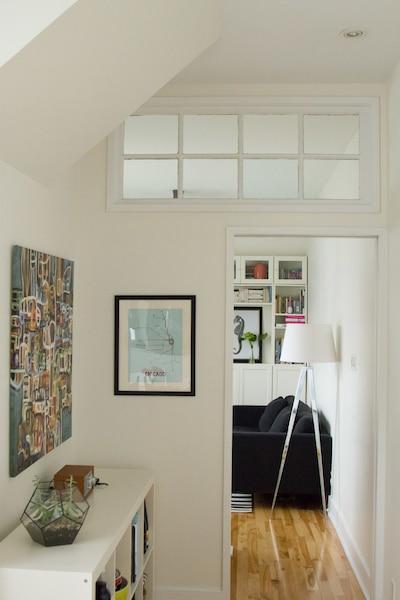 Une porte coulissante sépare le salon de la salle à manger/cuisine pour sauver de l'espace.