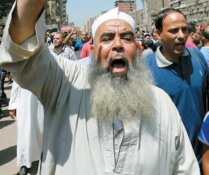 Un manifestant fait le signe des Frères musulmans avec sa main levée, au Caire, en Égypte. L'ISNA et l'AMC ont de nombreux liens avec l'organisation internationale.