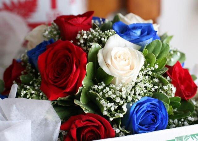 Les fleurs de la mariée étaient bleues, blanches et rouges.