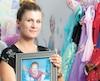 Caroline Alfaro-Fortier se tient droite dans la chambre de sa fille Maélie, décédée des suites de complications survenues après une greffe du cœur. Elle refuse de baisser les bras et souhaite continuer à sensibiliser la population au don d'organes.