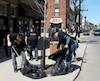 Des bénévoles lors d'une corvée de nettoyage de l'année dernière sur la rue Ontario, dans Mercier-Hochelaga-Maisonneuve.