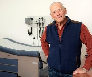 Le Dr Pierre Michel, 72ans, songe à prendre sa retraite, mais s'inquiète que ses patients soient abandonnés après son départ, faute de relève médicale.