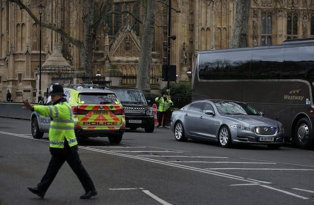 La voiture de la première ministre Theresa May, une Jaguar, est déplacée à la suite de l'évacuation du Parlement britannique en raison de coups de feu.