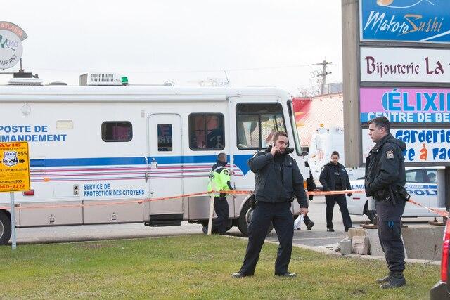Une voiture a percuté la vitrine d'une garderie au 535, boulevard Saint-Martin Ouest à Laval vers 14h, le mardi 12 novembre 2013. DANIEL THERRIEN/L'ÉCHO DE LAVAL/AGENCE QMI