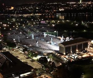 Le Journal a eu un accès privilégié sur le toit du restaurant Ciel! pendant le spectacle des Foo Fighters, qui a littéralement soulevé la ville de Québec lundi soir.