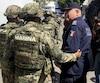 Le responsable municipal de la sécurité publique Max Lorenzo Sedano accompagné de la Marine.
