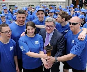 Le relais de la flamme est passé par l'hôtel de ville de Québec, jeudi, après être passé par le traversier depuis Lévis, en présence du maire Labeaume et de nombreux athlètes des Olympiques spéciaux.