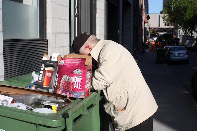 Michel Lépine arpente le Village gai tous les jeudis matin. Ramasser des contenants consignés lui permet de mieux manger.