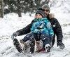 Carl Boudreault et son fils Paul, âgé de 4ans, ont profité des quelques centimètres de neige tombés pendant la nuit pour aller glisser au parc Jarry, dimanche.