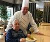 Le résident Michel Filion préfère par-dessus tout les pâtes. C'est justement ce que lui a servi le chef cuisinier Denis Beauchamp.