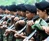 Des guerilleros des FARC à l'occasion d'un défilé militaire à San Vicente del Caguan, Caqueta, en Colombie en 2001.